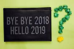 Esprima il arrivederci del testo di scrittura - arrivederci 2018 ciao 2019 Il concetto di affari per iniziare il messaggio motiva fotografia stock