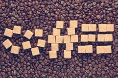 Esprima il caffè scritto dallo zucchero di canna sopra l'annata sparsa dei chicchi di caffè filtrata Immagini Stock