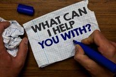 Esprima il testo di scrittura che cosa può io vi aiuta con la domanda Concetto di affari per la carta d'offerta della tenuta dell immagine stock libera da diritti
