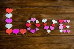 Esprima l'amore dai cuori su un fondo di legno Fotografia Stock Libera da Diritti