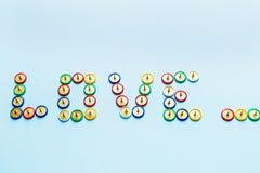 Esprima l'amore dalla raccolta dei bottoni multicolori della cancelleria, tema dei perni di amore Fotografia Stock Libera da Diritti