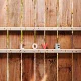 Esprima l'amore su una porta di legno in recinto Immagini Stock Libere da Diritti