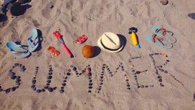 Esprima l'estate dalle pietre del mare presentata sulla sabbia stock footage