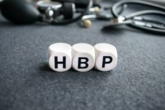Esprima l'ipertensione HBP del cuore da tre cubi bianchi con le lettere Fotografie Stock