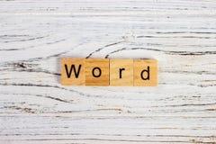 Esprima la parola fatta dei blocchi di legno rotondi sulla tavola Fotografie Stock Libere da Diritti