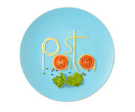 Esprima la pasta fatta degli spaghetti cucinati sul piatto isolato su bianco Immagini Stock