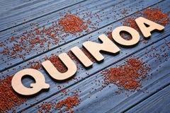 Esprima la QUINOA fatta delle lettere e dei semi di legno immagini stock