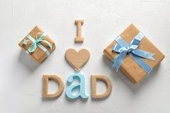 Esprima le scatole del PAPÀ e di regalo di AMORE di I su fondo leggero fotografie stock
