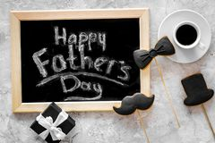 Esprime il giorno felice del ` s del padre scritto sulla lavagna Biscotti dello smoking, dei baffi e del cappello Vista superiore Immagini Stock
