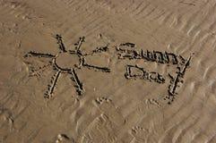 Esprime il giorno pieno di sole scritto nella sabbia Immagini Stock Libere da Diritti