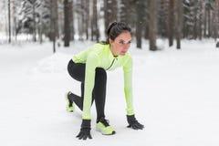 Esprinter juguetón de la mujer del atleta listo para correr esperar la aptitud de la posición corriente del comienzo, deporte, en Fotografía de archivo libre de regalías