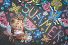 Esprit d'été de dessin d'enfant sur l'asphalte Images stock