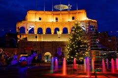 Esprit de Noël à la reproduction de Colosseum par nuit photo libre de droits