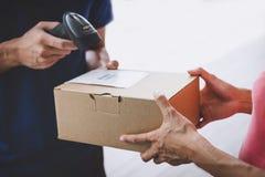 Esprit de service à la maison de service de distribution et de travail, main de cliente de femme recevant un colis de boîtes en c photos stock