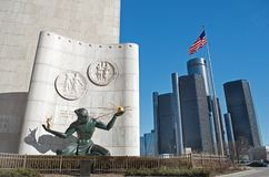 Esprit de statue de Detroit à Detroit du centre avec des sièges sociaux de centre de la Renaissance ou du monde de GM Photographie stock