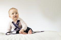 Esprit infantile étonné d'homme d'affaires un lien Photographie stock libre de droits