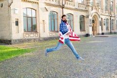 Esprit patriotique Homme patriote sautant avec le drapeau américain Fond de grunge de l'ind?pendance Day Citoyen patriote de hipp images stock