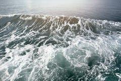 Espuma azul profunda de la ola oceánica en textuer del fondo imágenes de archivo libres de regalías