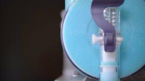 Espuma azul pronta deliciosa que derrama da unidade no vidro para cocktail Espuma saboroso video estoque
