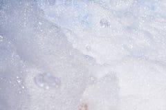Espuma blanca gruesa de una máquina de la burbuja foto de archivo libre de regalías