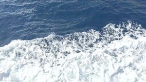 Espuma branca e ?gua de mar Mediterr?neo azul marinha filme