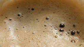 Espuma da cerveja escura em um de vidro (close up) vídeos de arquivo