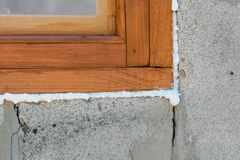 Espuma da construção Espuma de um stroiteln em uma janela Fotografia de Stock Royalty Free