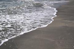 Espuma de la onda en la arena foto de archivo libre de regalías