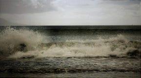 Espuma de la resaca de las ondas que se estrella Fotos de archivo