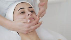 Espuma de limpiamiento Mujer hermosa joven que tiene un procedimiento de limpieza de la espuma mientras que visita a un cosmet?lo almacen de video