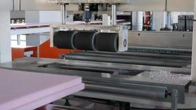 Espuma de poliestireno en la máquina en el pulido de proceso en la fábrica, equipo de producción en la industria metrajes