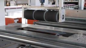 Espuma de poliestireno en la máquina de pulido, equipo automático para el poliestireno de espuma de la producción en la fábrica almacen de metraje de vídeo