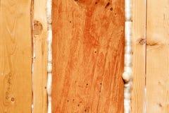 A espuma de poliuretano sela aberturas na construção de madeira Fotos de Stock