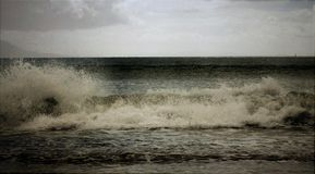 Espuma deixando de funcionar da ressaca das ondas Fotos de Stock
