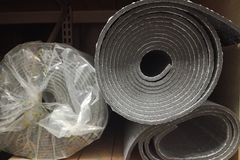 Espuma del aislamiento del aislamiento del polietileno con el papel de aluminio en rollos en tienda imágenes de archivo libres de regalías