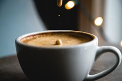 Espuma del café caer la cámara lenta fotografía de archivo