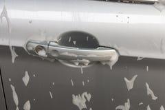 Espuma del jabón en un tirador de puerta del coche imagen de archivo