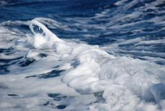Espuma del mar en el mar adriático foto de archivo libre de regalías