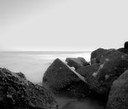 Espuma del mar en las rocas del océano del golfo Foto de archivo
