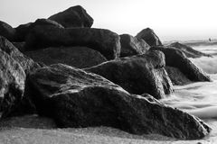 Espuma del mar en las rocas del océano del golfo Imagen de archivo libre de regalías
