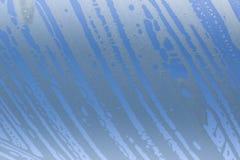 Espuma detergente del jabón sobre un vidrio claro Fondo para una tarjeta de la invitación o una enhorabuena Imagen de archivo