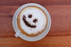 Espuma do cappuccino do café ou cara feliz de sorriso do chocolate Imagem de Stock Royalty Free