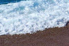 Espuma do mar As rupturas da onda sobre a costa imagem de stock