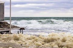 Espuma do mar e onda poderosa do respingo do mar fotografia de stock royalty free