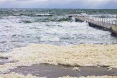 Espuma do mar e onda poderosa do respingo do mar imagens de stock