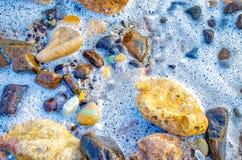 Espuma do Seawater que acalma seus pés Fotografia de Stock