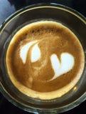 Espuma do teste padrão da arte do Latte isolada no fundo branco Fotos de Stock