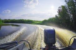Espuma e pulverizador na superfície da água atrás de um barco de motor de alta velocidade Fotografia de Stock Royalty Free