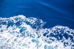 Espuma en el mar azul, visión desde arriba Fotos de archivo libres de regalías