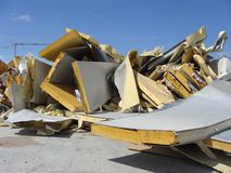 Espuma industrial apilada del aislamiento en un sitio de demolición Fotos de archivo libres de regalías